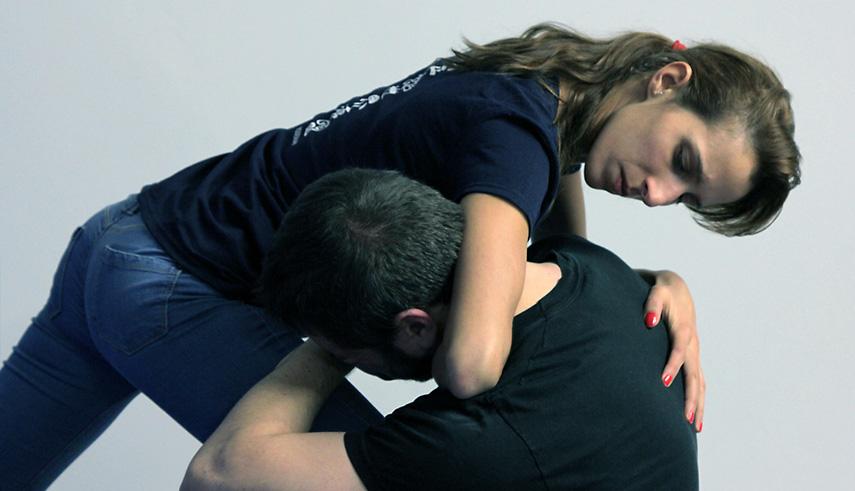 Tecnica difesa personale ginocchiata