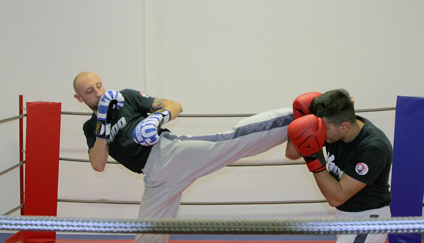 Kick boxing calcio circolare viso